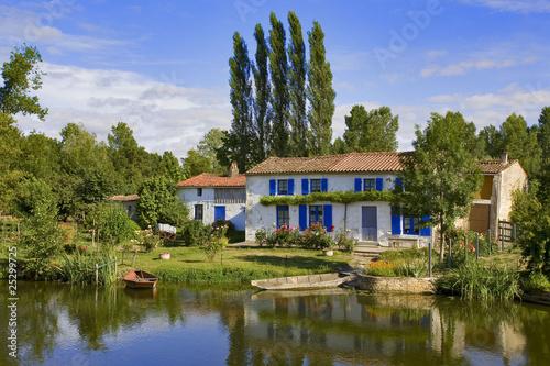 Fotografia  france; 85; marais poitevin; sèvre niortaise : maison et jardin