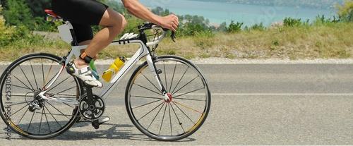 Foto op Plexiglas Fietsen Bicicletta su strada