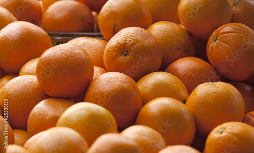 Świeże pomarańcze na targu