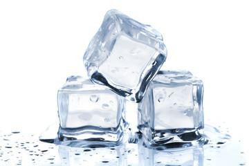 Trzy topiące się kostki lodu