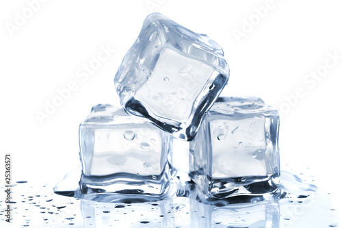 Photo sur Toile Eau Three melting ice cubes