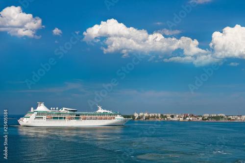 Cadres-photo bureau Caraibes Huge luxury cruise ship