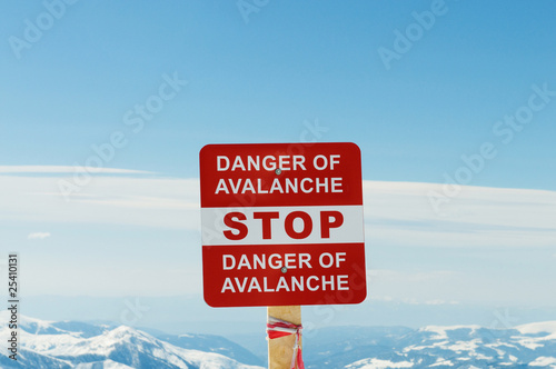 Photo Avalanche sign and mountains at the background