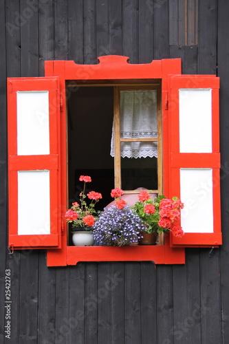 Fototapeta okno z czerwoną okiennicą