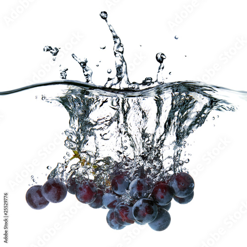 Poster Eclaboussures d eau blue grape dropped into water with splash isolated on white