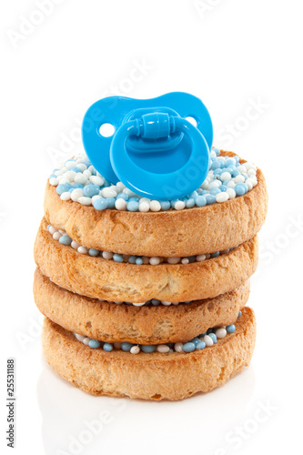 Fotografía a blue baby's comforter on top of a stack of Dutch bicuits with