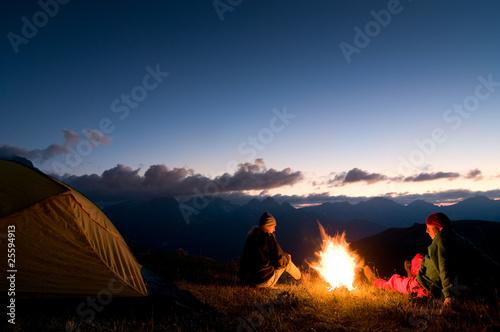 In de dag Kamperen couple camping at night