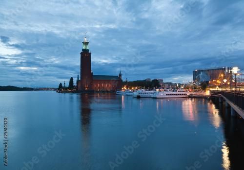 Montage in der Fensternische Leuchtturm Stockholm City Hall at night