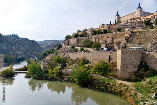 Foto auf Gartenposter Stadt am Wasser Tolède au bord du Tage