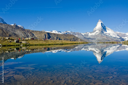 Foto op Plexiglas Blauw Mass tourism at the Matterhorn