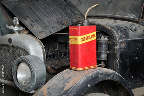 Papiers peints Rouge, noir, blanc Vintage retro gas can isolated on old car