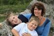 Mama mit ihren zwei Söhnen