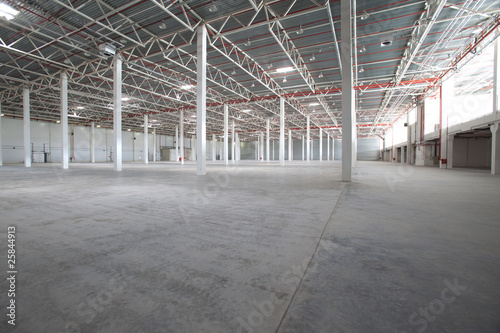 La pose en embrasure Bat. Industriel Interior of a modern warehouse