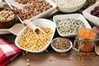verschiedene hülsenfrüchte in schüsseln und behältern