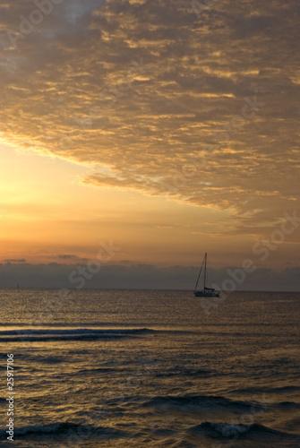 In de dag Schip Corsica orientale, alba sulla spiaggia di Solenzara 2