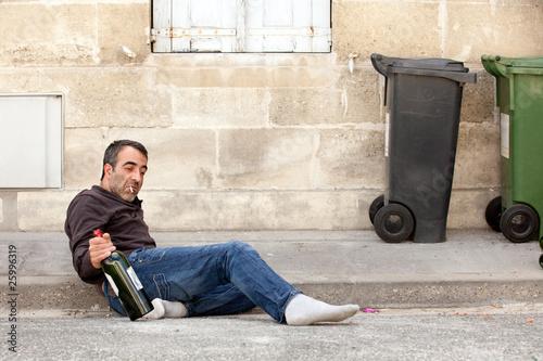pijany-mezczyzna-lezacy
