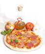 PIZZA MIT OLIVENÖL UND ZUTATEN