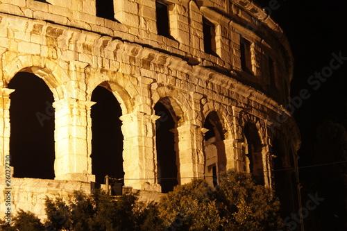 In de dag Amphitheater in Pula bei Nacht
