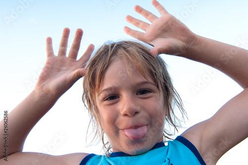 Valokuva  bambino con fuori la lingua
