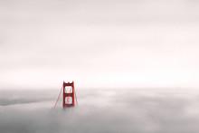 Golden Gate Bridge In Wolken Gehüllt