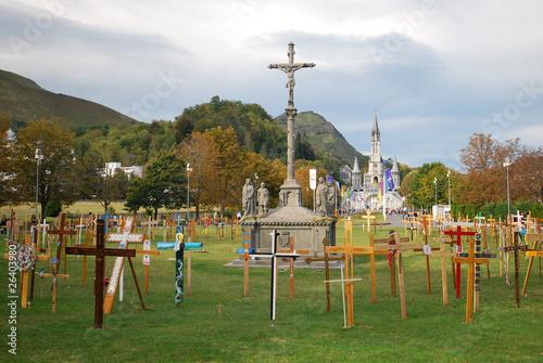 Photo  Près de la cathédrale Notre Dame du Rosaire à Lourdes