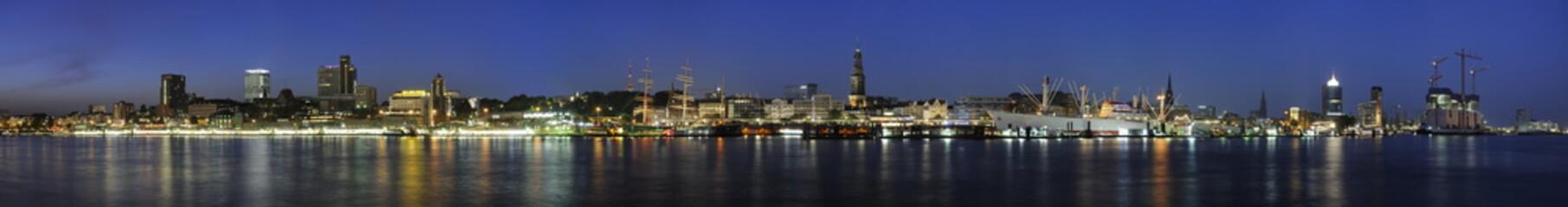 Fototapeta na wymiar Hamburg Landungsbrücken Panorama