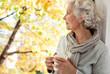 canvas print picture - grauhaarige, attraktive Frau genießt den sonnigen Herbst