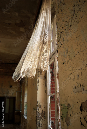 Photo sur Toile Ancien hôpital Beelitz flying curtain