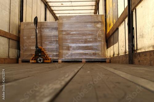 Fotomural palette de marchandises dans un camion