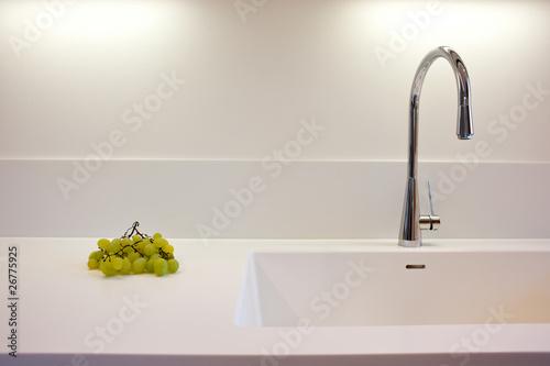 piano lavoro cucina con uva e rubinetto acciaio inossidabile ...