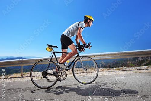 rowerzysta-jedzie-na-rowerze-pod