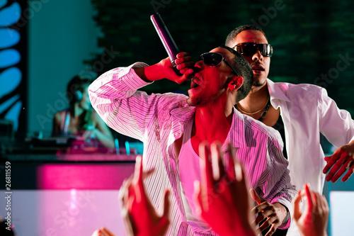 Photo Rap oder Hip-Hop Musiker auf Bühne im Club
