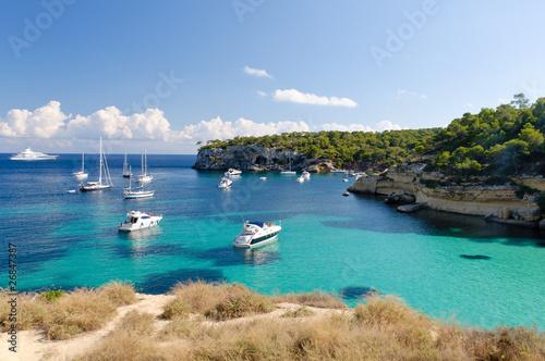 Foto-Leinwand - Boote in der Bucht von Cala Portals Vells, Mallorca