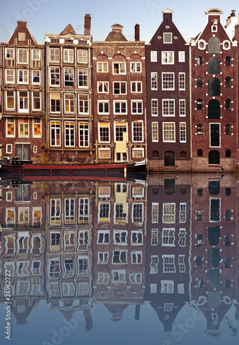 Photo  typical amsterdam houses reflected in the canal