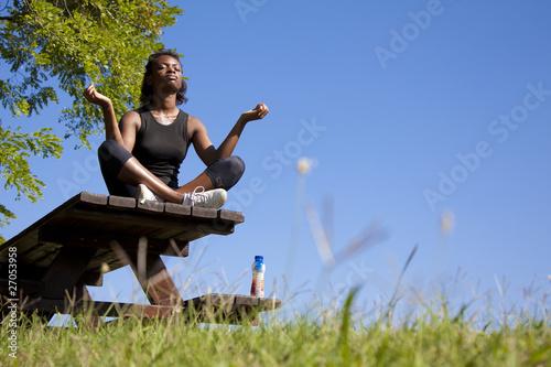 Wallpaper Mural ragazza africana che si rilassa facendo yoga