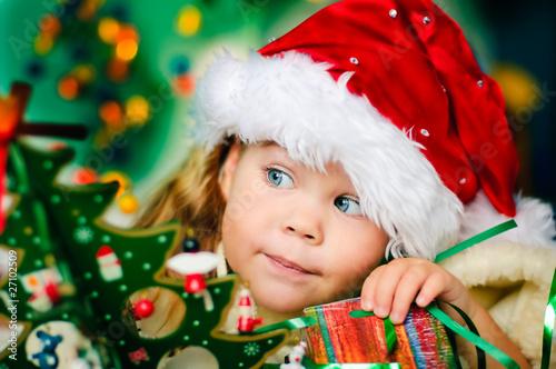 Foto-Plissee - Happy small girl in santa hat have a christmas (von fotoskaz)