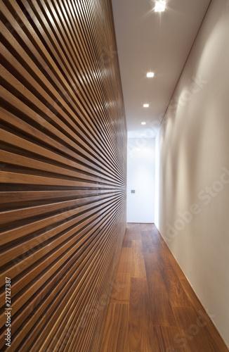 Fotografia  interno di casa moderna, corridoio lungo e stretto.