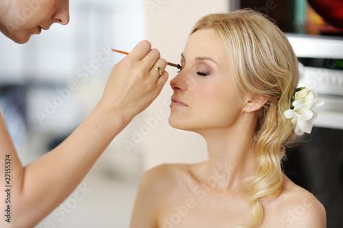Fotografía  Young beautiful bride applying wedding make-up