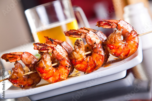 Staande foto Schaaldieren Shrimp grilled with beer