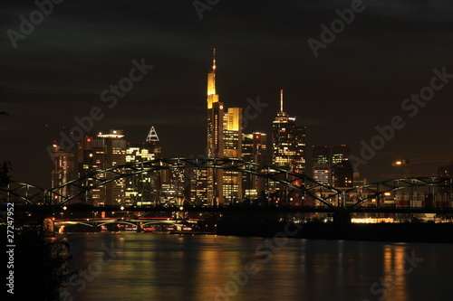 Tuinposter New York City Frankfurt-Skyline am Main bei Nacht