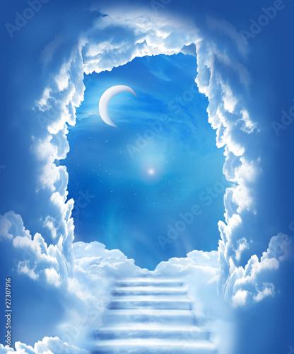 pochmurne-nocne-niebo-ze-schodami-w-kierunku-ksiezyca