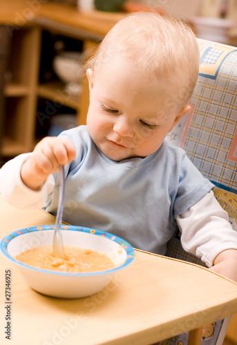 Foto op Canvas Kruidenierswinkel baby eating lunch