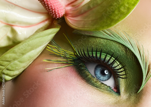 Fotografía  Green eye make-up with flower