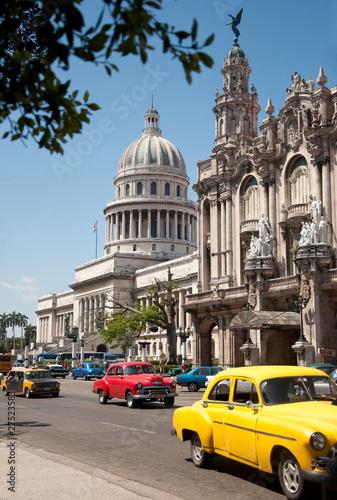 Staande foto Cubaanse oldtimers Havana Capitolio, Cuba