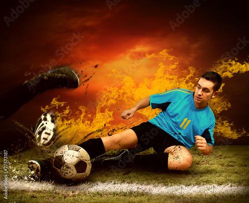 gracz-futbolu-w-ogieniu-plonie-na-outdoors-polu