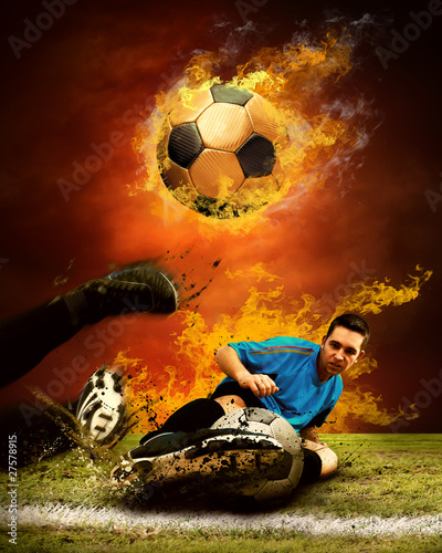 gracz-futbolu-w-ogieniu-plonie-na-outdoors-fie