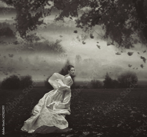 mloda-piekno-kobieta-nad-natury-tlem-w-czarny-i-bialy