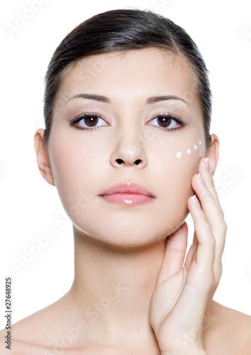 dorosla-kobieta-naklada-krem-kosmetyczny-wokol-oczu