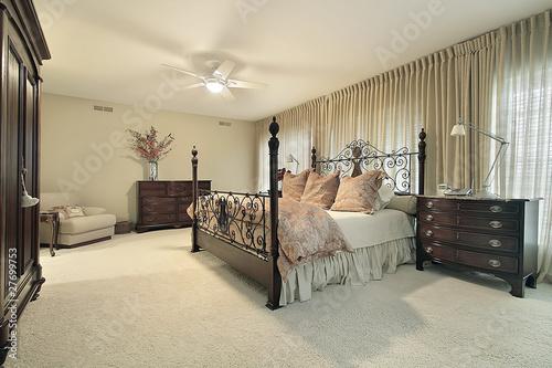 Master Bedroom With Dark Wood Furniture Kaufen Sie Dieses Foto Und