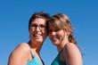 deux femmes souriantes et amies